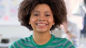 Ritratto della donna afroamericana felice all'ufficio stock footage