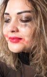 Ritratto della donna alla moda appassionata che grida sull'isolato su fotografia stock