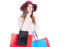 Ritratto della donna alla moda con i sacchetti della spesa variopinti Immagini Stock