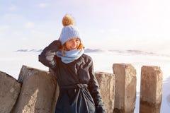 Ritratto della donna allegra nell'inverno fotografia stock