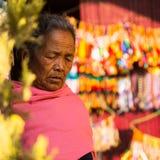 Ritratto della donna anziana non identificata vicino allo stupa Boudhanath Immagine Stock Libera da Diritti