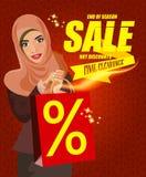 Ritratto della donna araba moderna felice con il sacchetto della spesa rosso Immagine Stock