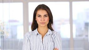 Ritratto della donna arrabbiata che esamina macchina fotografica, ritenente scomodo video d archivio