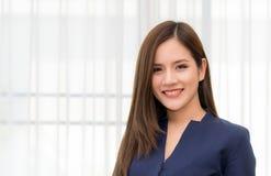 Ritratto della donna asiatica di affari sulle finestre fotografia stock libera da diritti
