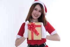 Ritratto della donna asiatica in vestito dal Babbo Natale su fondo bianco Fotografia Stock Libera da Diritti