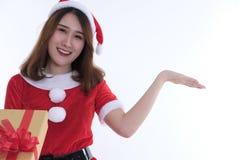 Ritratto della donna asiatica in vestito dal Babbo Natale su fondo bianco Fotografie Stock Libere da Diritti