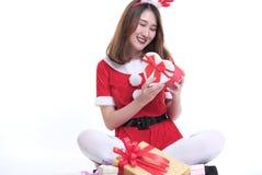 Ritratto della donna asiatica in vestito dal Babbo Natale su fondo bianco Fotografia Stock