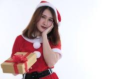 Ritratto della donna asiatica in vestito dal Babbo Natale su fondo bianco Immagine Stock
