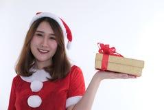 Ritratto della donna asiatica in vestito dal Babbo Natale su fondo bianco Immagine Stock Libera da Diritti
