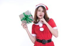 Ritratto della donna asiatica in vestito dal Babbo Natale su fondo bianco Immagini Stock Libere da Diritti
