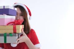 Ritratto della donna asiatica in vestito dal Babbo Natale su fondo bianco Immagini Stock