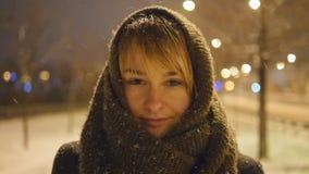 Ritratto della donna attraente che esamina macchina fotografica l'orario invernale all'aperto La ragazza sta sulla via e gode del stock footage