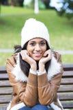 Ritratto della donna attraente con il cofano nel parco. Immagini Stock Libere da Diritti