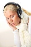 Ritratto della donna attraente con le cuffie. fotografia stock libera da diritti