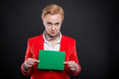 Ritratto della donna attraente di affari che mostra cartone verde Fotografia Stock Libera da Diritti