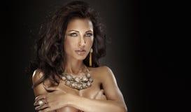 Ritratto della donna attraente in gioielli Fotografie Stock Libere da Diritti