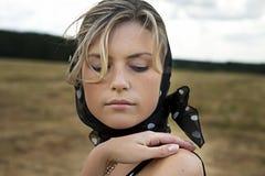 Ritratto della donna attraente in kerchief Fotografia Stock Libera da Diritti