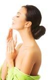 Ritratto della donna avvolto nel collo commovente dell'asciugamano Fotografia Stock