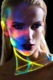 Ritratto della donna bionda con le luci brillanti sul fronte fotografia stock libera da diritti