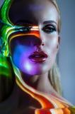 Ritratto della donna bionda con le luci brillanti sul fronte immagini stock libere da diritti
