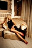 Ritratto della donna bionda di fascino perfetto in vestito nero sexy e Immagini Stock Libere da Diritti