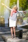 Ritratto della donna bionda sorridente Medio Evo maturo divertente fotografia stock