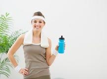 Ritratto della donna in buona salute con la bottiglia di acqua Fotografia Stock