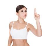 Ritratto della donna in buona salute che tocca lo schermo immagine stock libera da diritti