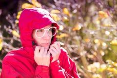 Ritratto della donna in cappotto rosso il giorno tempestoso fotografia stock