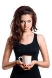 Ritratto della donna castana adorabile che mangia tazza di tè Fotografia Stock