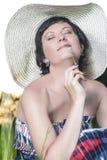 Ritratto della donna castana caucasica sorridente che posa in grande cappello rotondo Immagine Stock Libera da Diritti