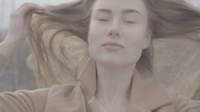 Ritratto della donna caucasica sorridente attraente di etnia nell'ambiente urbano video d archivio