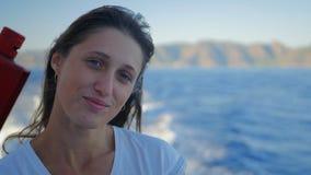 Ritratto della donna caucasica sorridente dei bei giovani sulla barca archivi video
