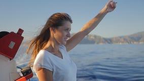 Ritratto della donna caucasica sorridente dei bei giovani sulla barca stock footage