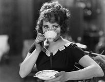 Ritratto della donna che beve dal tazza da the (tutte le persone rappresentate non sono vivente più lungo e nessuna proprietà esi immagini stock libere da diritti