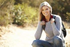Ritratto della donna che fa un'escursione nella campagna Fotografia Stock