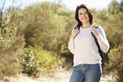 Ritratto della donna che fa un'escursione nella campagna Fotografie Stock