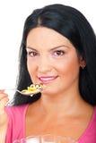 Ritratto della donna che mangia i cereali Immagini Stock Libere da Diritti
