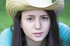 Ritratto della donna che porta un cappello Immagine Stock