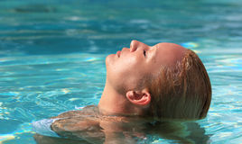 Ritratto della donna che si distende nella piscina Fotografia Stock