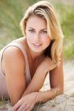 Ritratto della donna che si distende sulla spiaggia fotografie stock