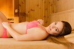 Ritratto della donna che si rilassa nella sauna Benessere della stazione termale Fotografia Stock Libera da Diritti