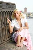 Ritratto della donna che si siede all'aperto fotografia stock libera da diritti