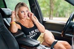 Ritratto della donna che si siede nell'automobile Immagini Stock Libere da Diritti