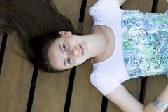 Ritratto della donna che si trova sulla piattaforma Immagine Stock Libera da Diritti