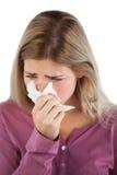 Ritratto della donna che soffia il suo naso Immagini Stock
