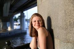 Ritratto della donna che sorride all'aperto Immagini Stock Libere da Diritti