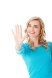 Ritratto della donna che spinge bottone immaginario Fotografia Stock