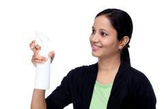 Ritratto della donna che tiene un pulitore Immagine Stock