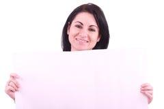 Ritratto della donna che tiene un tabellone per le affissioni in bianco immagine stock libera da diritti